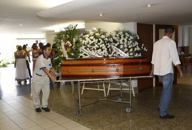 Chegada do corpo de Rafael Soares, filho de Jô (Foto: Marcos Serra Lima/EGO)