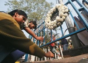 DE LUTO Indianas acendem vela para a estudante que morreu depois de sofrer estupro coletivo. O governo prometeu um julgamento rápido dos acusados (Foto: Rupak de Chowdhuri/Reuters)