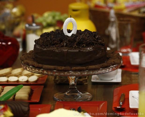 O bolo da modelo tinha um número zero como vela (Foto: Domingão do Faustão / TV Globo)