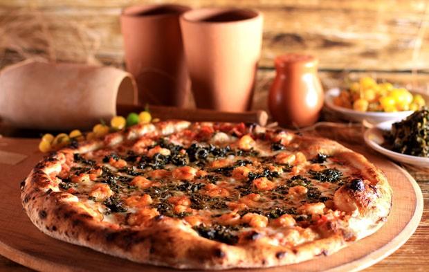 Aprenda a preparar uma pizza especial com sabores do norte (Foto: Claudia Orlando)