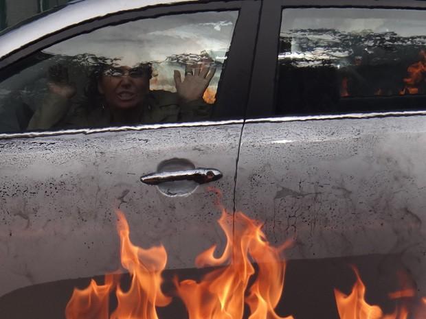 Helô fica presa em carro pegando fogo (Foto: Salve Jorge / TV Globo)