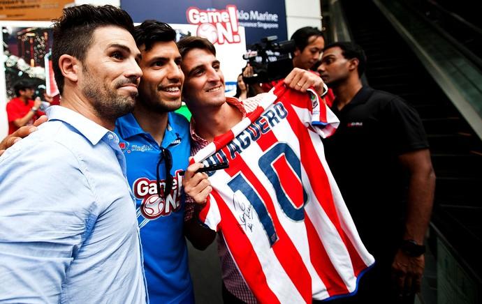 Sergio Aguero e Rio Ferdinand em viagem a Cingapura (Foto: Getty Images)