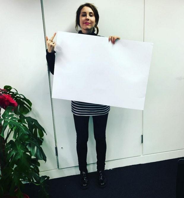 A usuária do Instagram 5teviem critica o desafio da cintura A4 ao posar com uma folha de papel em um tamanho bem maior (Foto: Reprodução/Instagram/5teviem)