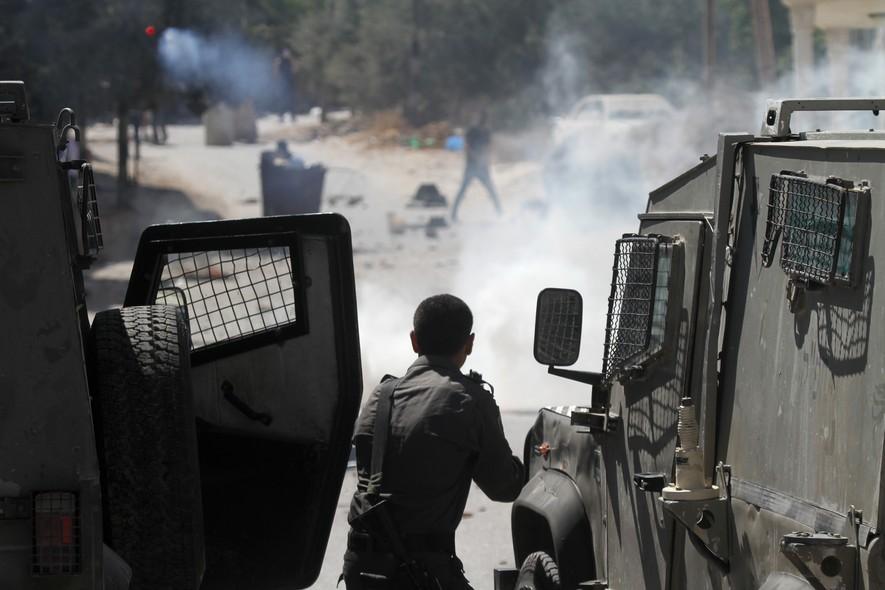 Em Jerusalém, centenas de palestinos protestam na cidade de população originalmente árabe depois das orações do meio-dia. Alguns jogavam pedras e fogos de artifício em soldados israelences, que disparavam bombas de efeito moral e canhões de água