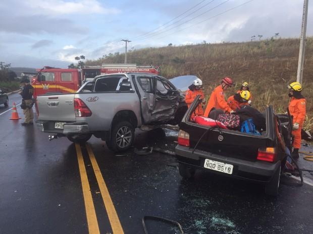 Uno colidiu com Hillux em União dos Palmares (Foto: Divulgação/PRF)