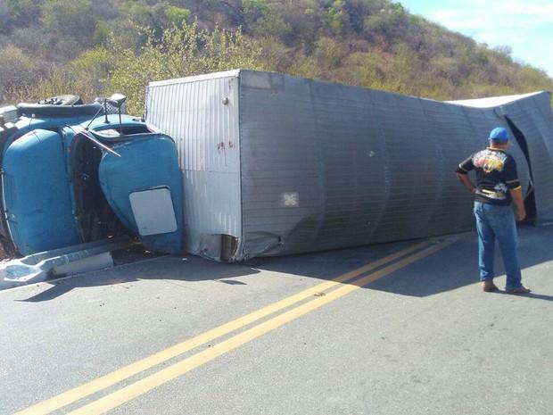 Caminhão tombou na Serra de Santa Luzia, que liga Patos a Santa Luzia, no Sertão da Paraíba (Foto: Rafaela Gomes/TV Paraíba)