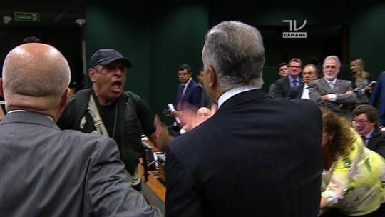Polícia Legislativa abrirá inquérito para identificar agentes que invadiram plenário