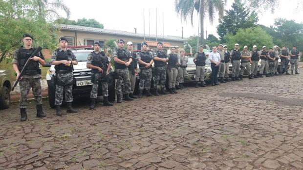 Policiais militares cumpriram ordens de busca e apreensão contra administradores de grupos de Whatsapp em Panambi, RS (Foto: Divulgação/BM)