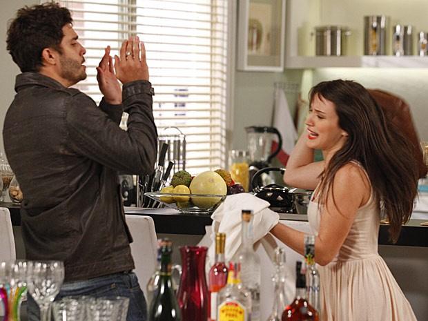 Com raiva, Carolina dá bolsadas em Zenon antes de levar o tapa (Foto: Guerra dos Sexos / TV Globo)