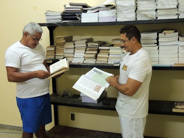 Presos só têm a disposição livros da biblioteca da Penitenciária Estadual de Alcaçuz (Foto: Felipe Gibson/G1)