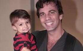 Marcelo Faria leva a filha, Felipa, de um ano, para conhecer o estúdio da novela