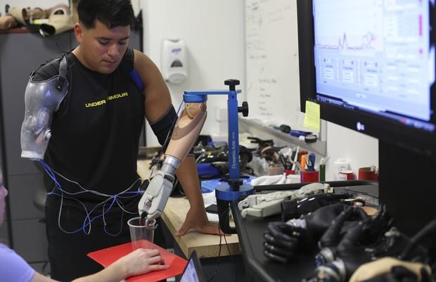 Sebastian comanda a prótese com sinais do cérebro (Foto: Todd Heisler/The New York Times)