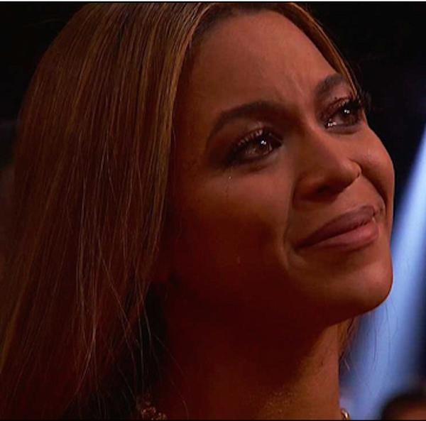 Beyoncé emocionada com o discurso de Adele (Foto: Reprodução)