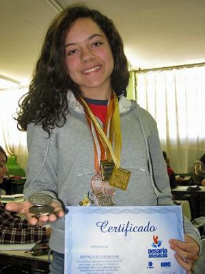 Ana Paula de Oliveira Faria é medalhista em Santa Isabel (Foto: Vanessa Fajardo/ G1)