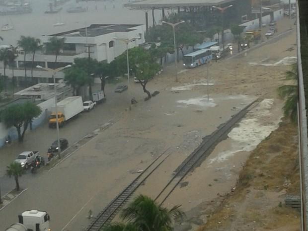 Morro Santa Terezinha sofre deslizamento na Avenida Abolição, em Fortaleza. Não houve feridos e casas não forama tingidas. (Foto: Yamna Rafaela Jeronimo Silva/Arquivo Pessoal)