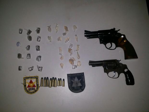 Drogas e armas apreendidas pela Polícia Militar (Foto: Divulgação / Polícia Militar)