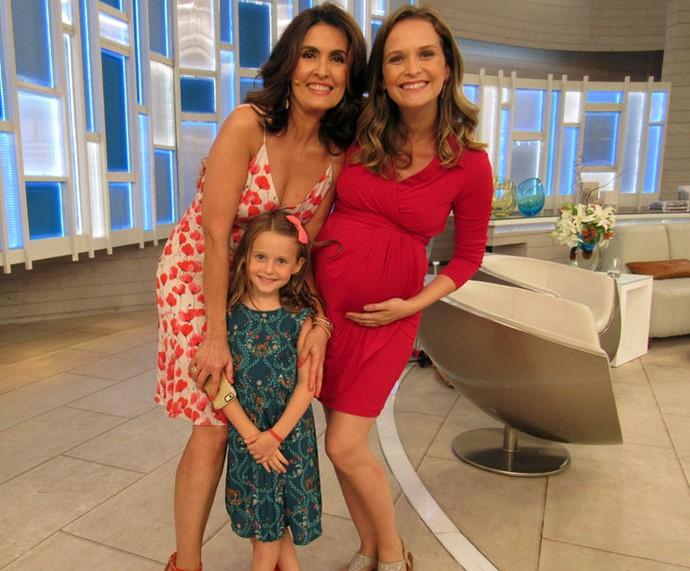 Atriz Fernanda Rodrigues com a filha e a Fátima nos bastidores do programa  (Foto: Priscilla Massena/Gshow)