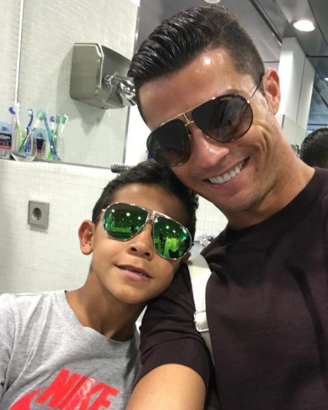 """BLOG: Fora de jogo do Real por gripe, Cristiano Ronaldo curte a """"folga"""" com o filho"""