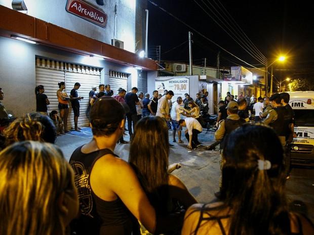 População se aglomera em frente ao local do crime, no bairro Saci, Zona Sul de Teresina. (Foto: João Cunha/G1)