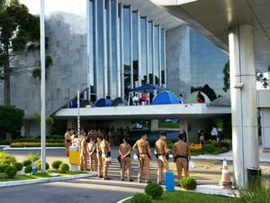 Polícia Militar isolou área da Assembleia Legislativa do Paraná ocupada por manifestantes (Foto: Fernanda Fraga/RPC)