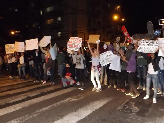 Avenida Rodrigues Alves foi interditada pelos manifestantes em Bauru  (Foto: Alan Schneider/G1)