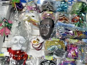 Máscara do ministro Joaquim Barbosa se mistura com as tradicionais máscaras de carnaval (Foto: Marcello Carvalho/G1)