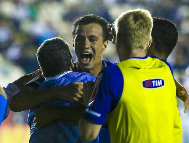 Damião abraça Luxemburgo em comemoração de gol contra o Vasco