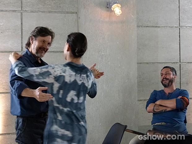 LC finge estar 'feliz' e tira Tereza para dançar (Foto: Além do Horizonte/TV Globo)