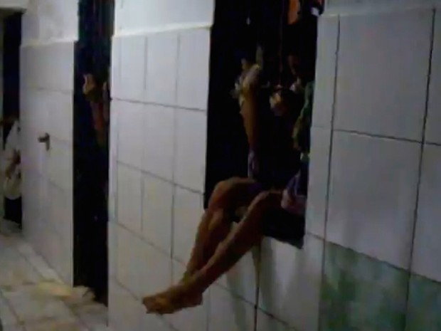 Preso denuncia como dorme amarrado em janela por falta de espaço na cela de disciplina do  Presídio ASP Marcelo Francisco de Araújo (PAMFA) (Foto: Divulgação)