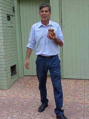 Antes de votar, candidato Fernando Marroni tomou chimarrão no início da manhã (Foto: Felipe Truda/G1)
