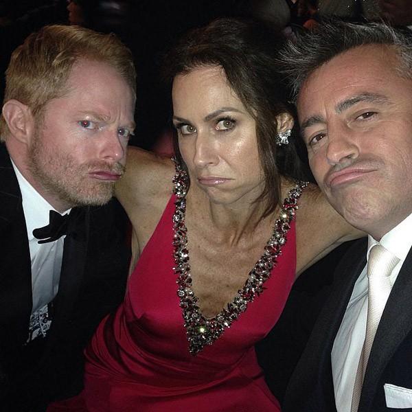 Minnie Driver, Jesse Tyler Ferguson e Matt LeBlanc fizeram caretas durante o Emmy de 2014 (Foto: Instagram)