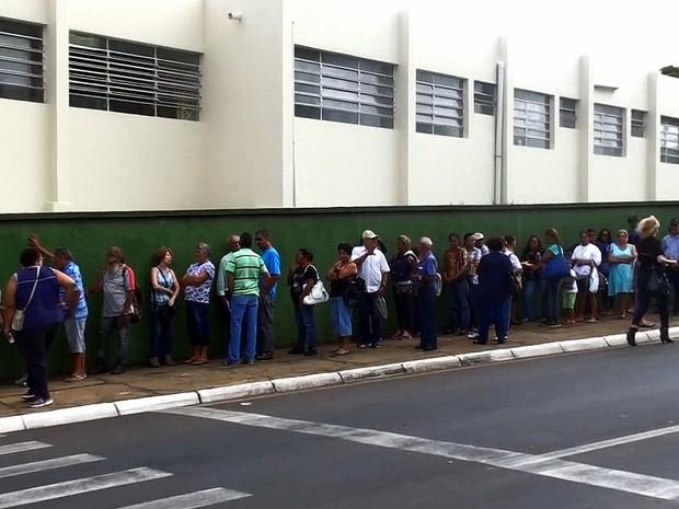 Muitos pacientes chegaram ao local por volta das 5h desta segunda-feira (1º) (Foto: Henrique Fontes/EPTV)