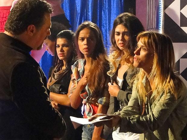 Jéssica tenta acreditar que tudo não passava de uma confusão (Foto: Salve Jorge/TV Globo)