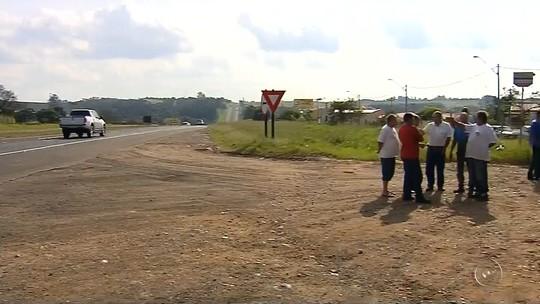 Moradores impedem fechamento de acesso a bairro de São Manuel por rodovia e polícia é acionada