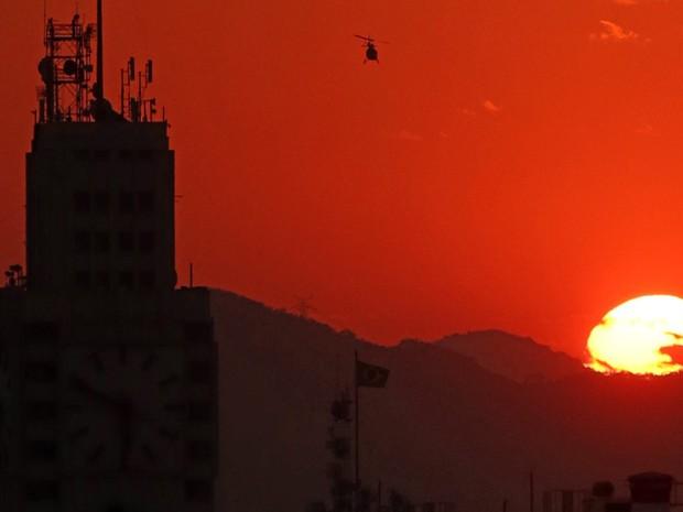 O sol se põe no Rio de Janeiro, visto do centro da cidade, após dia de forte calor na cidade. Segundo o Instituto Nacional de Meteorologia a temperatura bateu recorde e chegou a 42,2ºC (Foto: Fábio Motta/Estadão Conteúdo)
