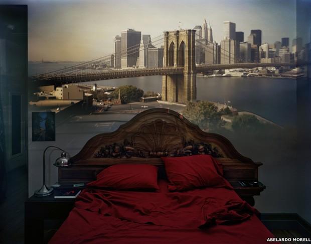 Abelardo Morell fez sua primeira imagem usando técnicas de câmera escura em sua sala, em 1991. Com o tempo, o projeto foi longe, com câmeras instaladas em diversos tipos de interiores em todo o mundo (Foto: Abelardo Morell)