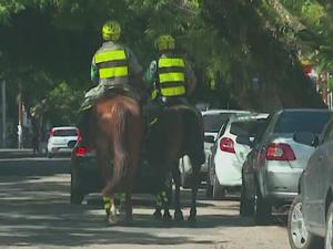 Policiais percorrem a Rua da República, em Porto Alegre (Foto: Reprodução/RBS TV)