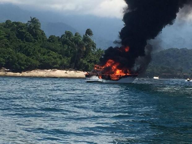 Lancha pegou fogo no mar de Angra dos Reis na tarde desta terça-feira (Foto: Manuela Mattos/TV Globo)