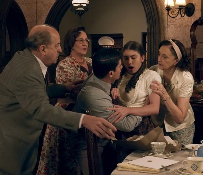 Gerusa passa mal e desmaia ao ver os convites de seu casamento (Foto: TV Globo)
