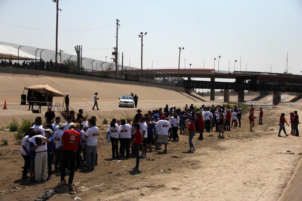 Família se reencontra em fronteira do México com os Estados Unidos (Foto: Herika Martinez/AFP)