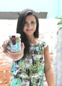 Gabriela Zonta e sua pasta de amendoim rica em proteínas (Foto: Divulgação/Fit Cookies)