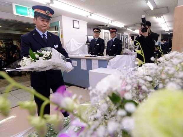 Flores também foram depositadas em altares em seis estações de metrô de Tóquio. (Foto: Jiji Press / AFP Photo)