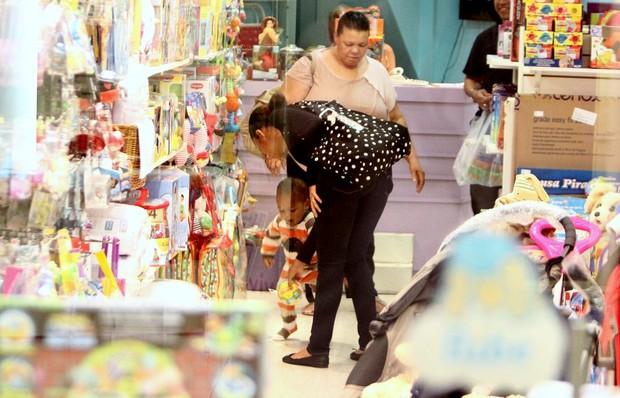 Taís Araújo e filho, João Vicente, em shopping no Rio (Foto: Delson Silva/ Ag. News)