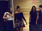 Juliana Paes usa saia curtinha para jantar com amigas