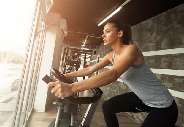 Exercício físico - bicicleta - bike - exercitar - suar - academia - exercícios  (Foto: Thinkstock)