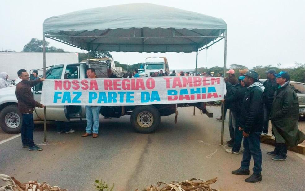 Grupo protesta por melhoria em estrada (Foto:  Divulgação/Polícia Rodoviária Estadual)