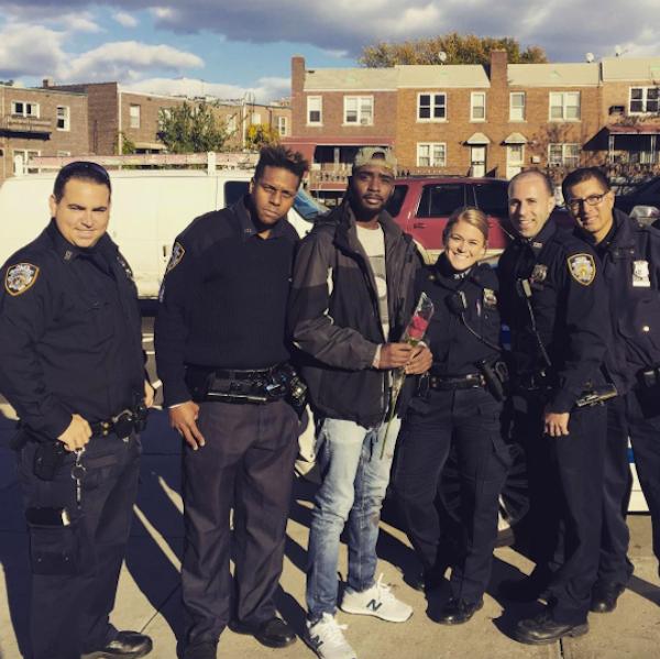 O rapper e ator Moise Morancy com os policiais responsáveis pelo caso (Foto: Facebook)