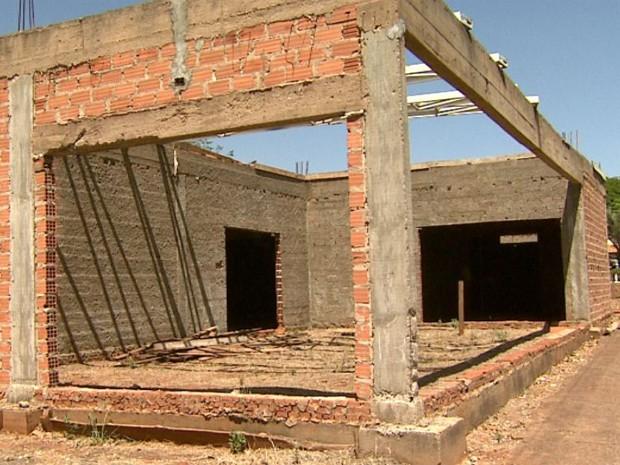UPA inacabada deve ser demolida por problemas na estrutura do prédio, diz MP (Foto: Claudio Oliveira/EPTV)