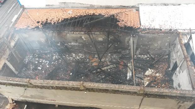 Loja foi totalmente destruída pelas chamas no incêndio da manhã deste domingo, em São José dos Campos. (Foto: André Luís Rosa/TV Vanguarda)