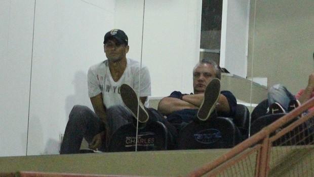 Rivaldo e Branco acompanham o jogo entre Mogi Mirim x Oeste (Foto: Rafael Bertanha / Mogi Mirim)